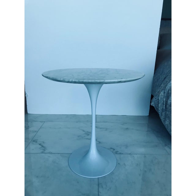 Iconic Mid-Century Modern Tulip Side Table in Carrara Marble For Sale - Image 9 of 13