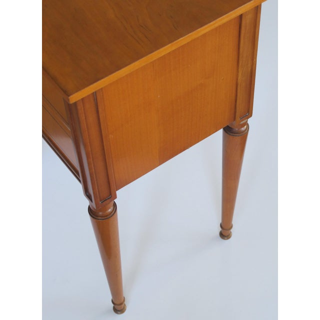 A stylish pair of French mid-century modern sycamore 2-drawer bedside cabinets For Sale - Image 4 of 6