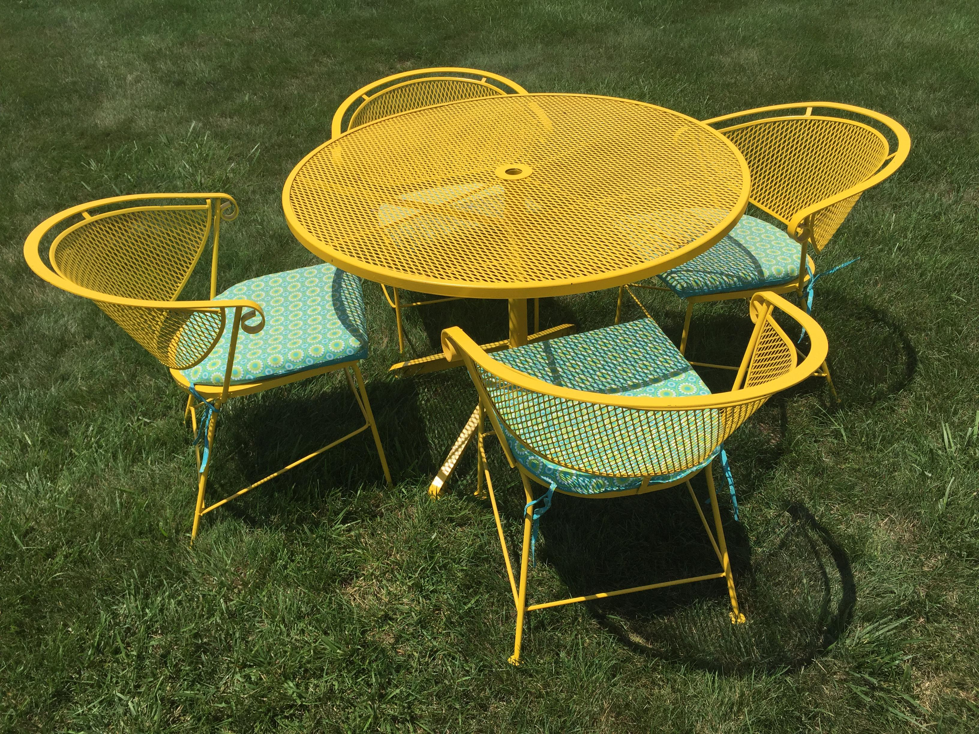 Beau Mid Century Modern Yellow Patio Set For Sale. VINTAGE METAL TABLE U0026 4  CHAIRS. Piece Is In Great Condition. Beautiful Mesh Top