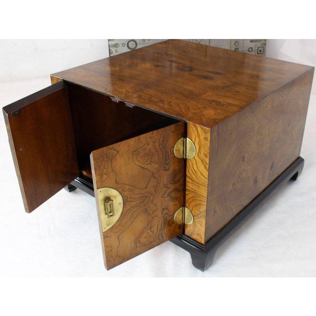 1970s Mid-Century Modern Burl Walnut Black Lacquer Base Brass Hardware Cube Shape End Table For Sale - Image 6 of 14