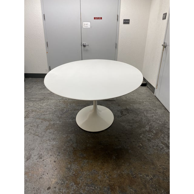 2010s Eero Saarinen Rove Concepts Tulip White Lacquered Table For Sale - Image 5 of 13