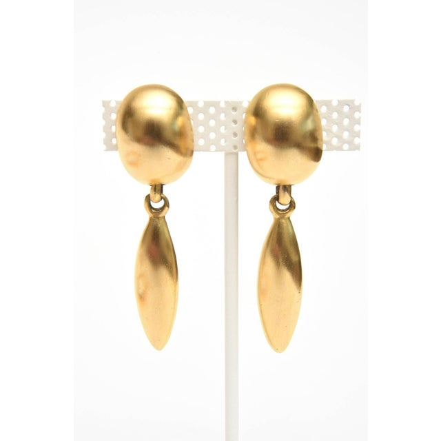 Modern Sculptural Gold Plated Necklace & Pair of Clip on Dangle Earrings For Sale - Image 3 of 10