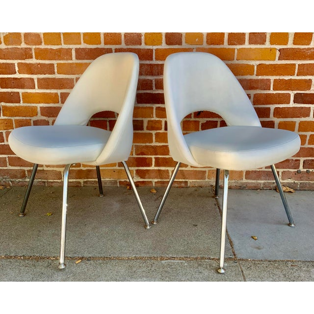 Knoll Saarninen White Executive Chairs- A Pair For Sale In Sacramento - Image 6 of 12