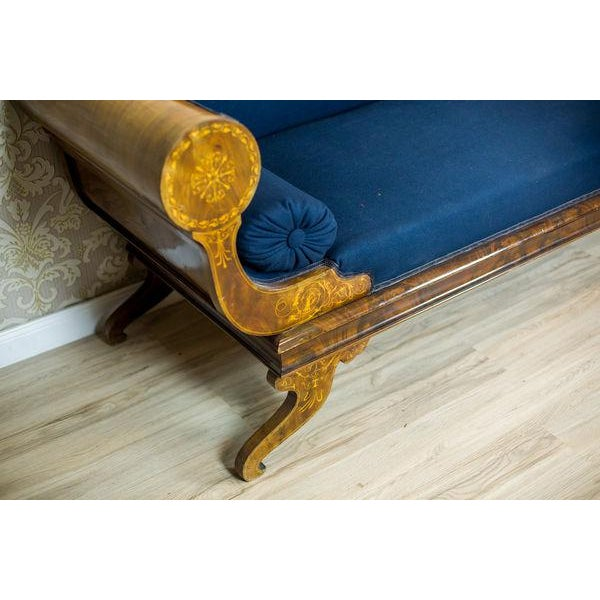 We present you this Biedermeier sofa with numerous intarsias. The wooden elements are veneered with mahogany. Furthermore,...