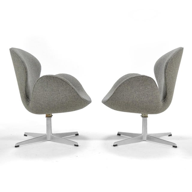 1960s Arne Jacobsen Pair of Swan Chairs by Fritz Hansen For Sale - Image 5 of 11