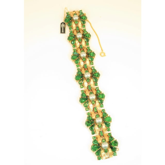 Traditional Crown Trifari Alfred Philippe Gilded Rhodium Bracelet EmErald Crystals 1950s For Sale - Image 3 of 13
