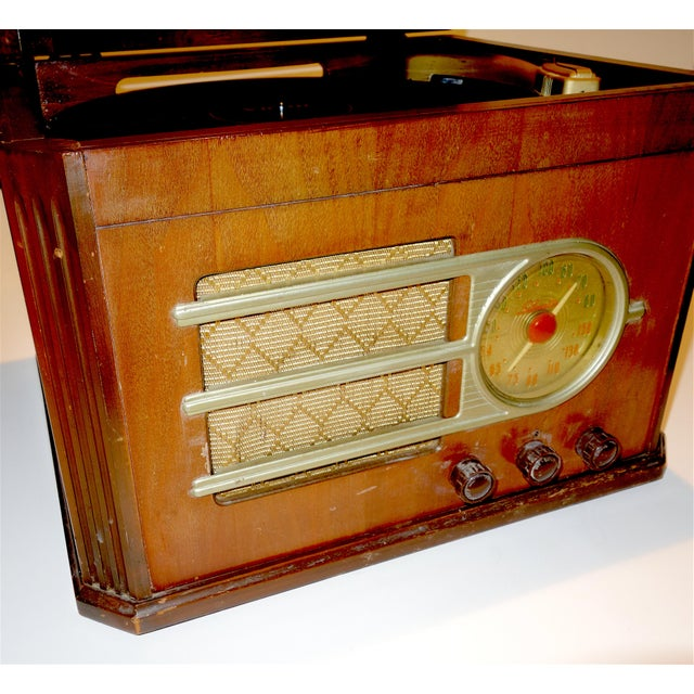 Offered for your consideration is this Circa 1946 'Silver Tone' console table radio and phonograph combination. This...