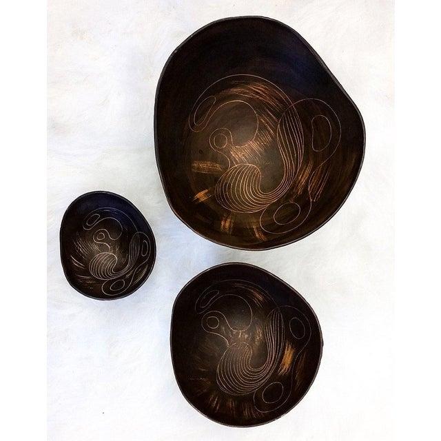1960s 1960s Asymmetrical Italian Raymor Sgraffito Nesting Bowls - Set of 3 For Sale - Image 5 of 7