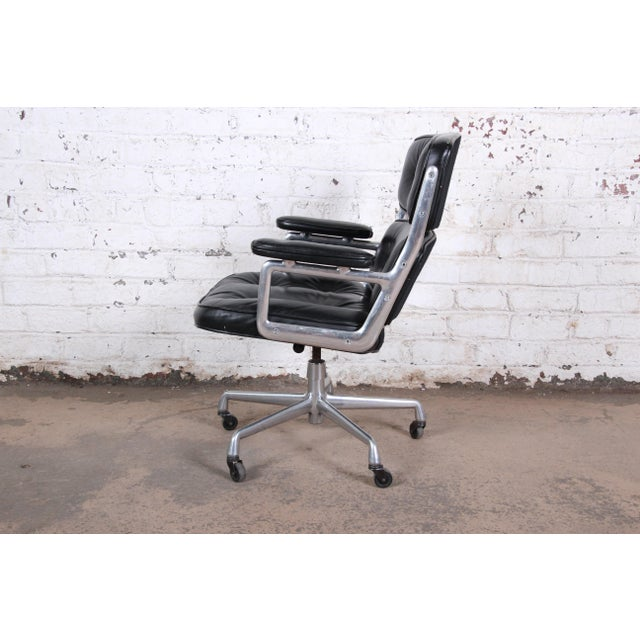 Mid-Century Modern Charles Eames for Herman Miller Time Life Executive Chair For Sale - Image 3 of 9