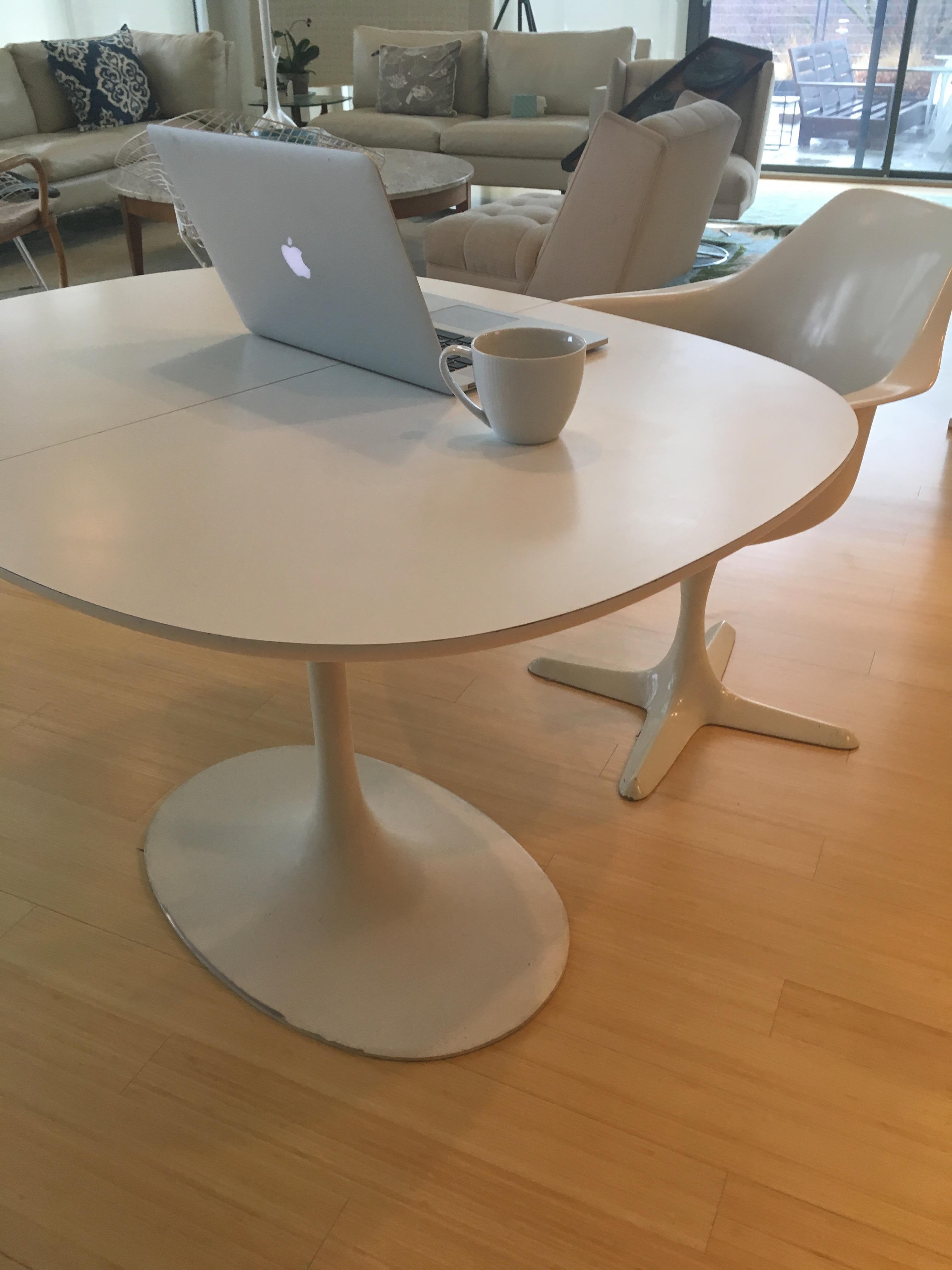 Mid Century Burke Industries Saarinen Style Tulip Table U0026 Chairs For Sale    Image 10
