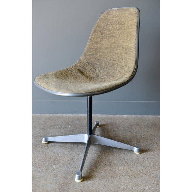 Charles Eames for Herman Miller PSC chair, circa 1964. Second generation PSC swivel desk chair with desirable 'Greige'...