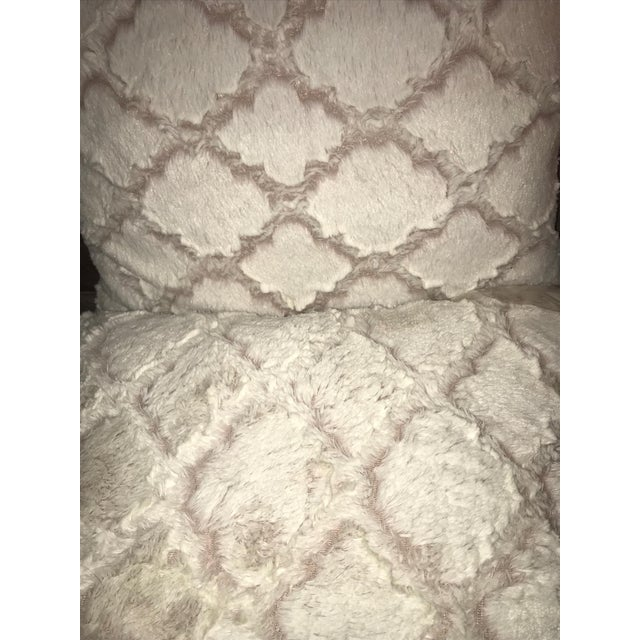 Contemporary Decorative White & Pink Quatrefoil Fur Rectangle Throw Pillows - A Pair For Sale - Image 3 of 4