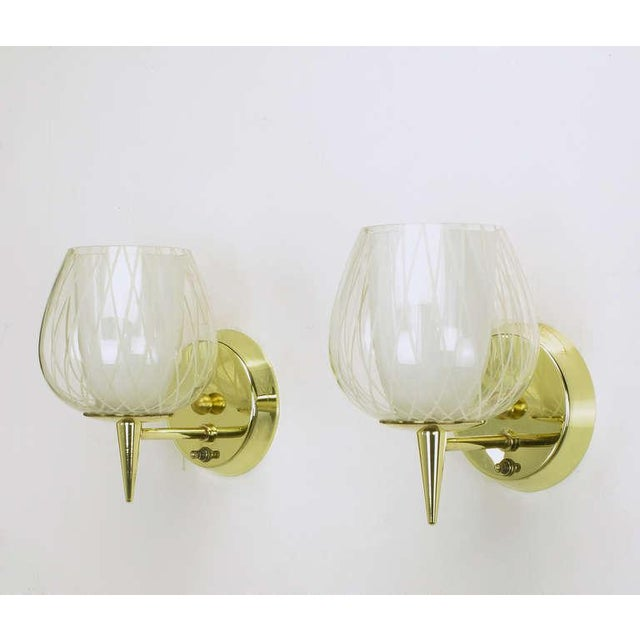 1950s Pair of Gerald Thurston for Lightolier Etched Glass and Brass Sconces For Sale - Image 5 of 11