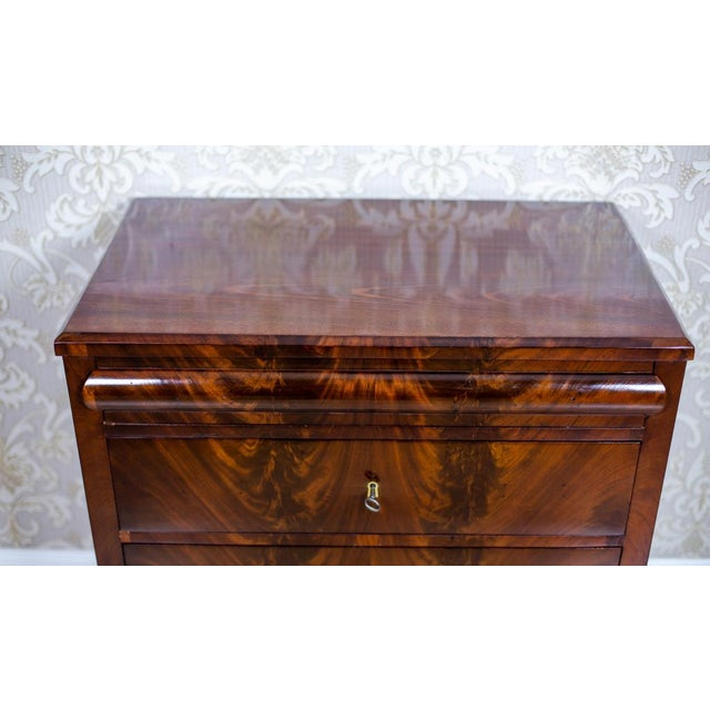 We present you a neat dresser with the functionality of a vanity table. The whole is circa 1860. This piece of furniture...