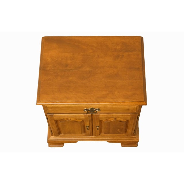 """Ethan Allen 20th Century Early American Ethan Allen Heirloom Nutmeg Maple 22"""" Cabinet Nightstand For Sale - Image 4 of 13"""