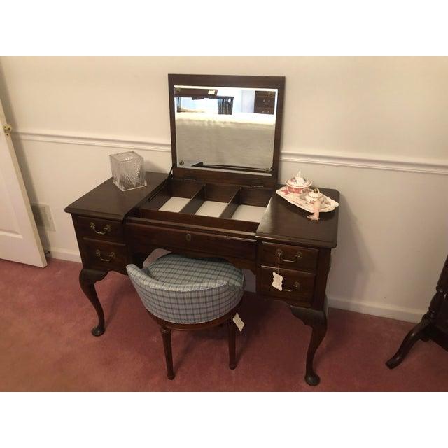 American Henkel Harris Virginia Gallery Queen Anne Vanity and Chair For Sale - Image 3 of 13