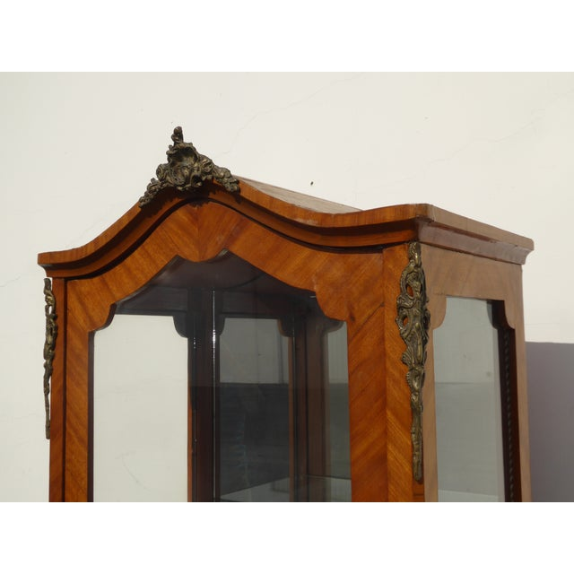 1970s Vintage French Provincial Curio Cabinet Display Case Vitrine W Burlwood and Ormalu For Sale - Image 5 of 13
