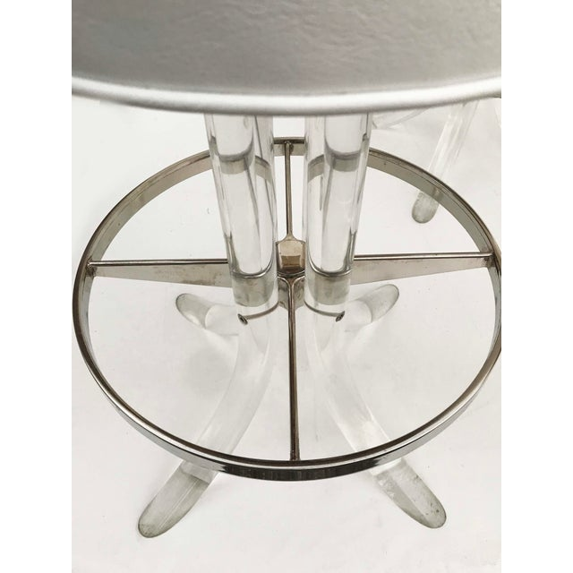 Hill Manufacturing Co. 1970s Vintage Swiveling Lucite Bar Stools- Set of 5 For Sale - Image 4 of 6
