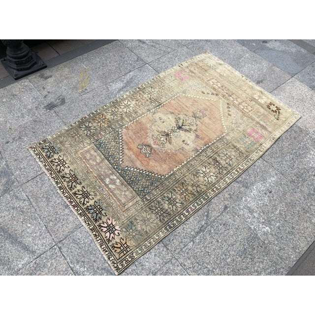 Abstract 1960s Turkish Bohemian Antique Faded Floor Rug - 3′1″ × 5′1″ For Sale - Image 3 of 11