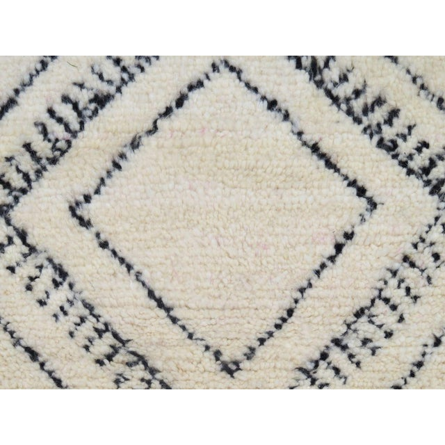 White Moroccan Beni Ourain Runner Rug - 2′9″ × 10′7″ For Sale - Image 8 of 9