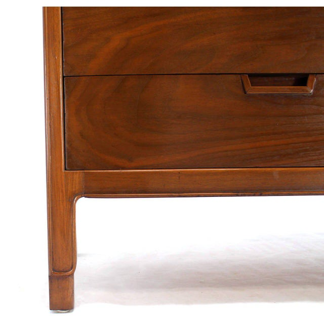 Mid-Century Modern John Stuart Bookmatched Walnut Eight-Drawer Dresser For Sale In New York - Image 6 of 10