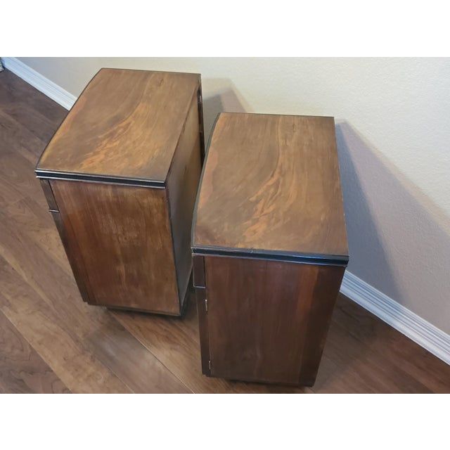 1930s Italian Art Deco Highly Figured & Burled Walnut Bedside Cabinet - a Pair For Sale - Image 10 of 12