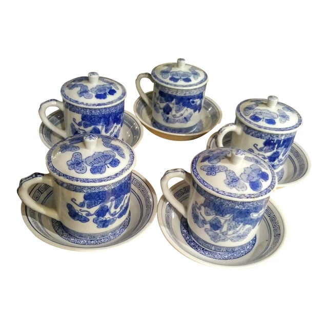 15 Piece Blue and White Chinoiserie Greek Key Lidded Coffee Mugs and Saucers For Sale