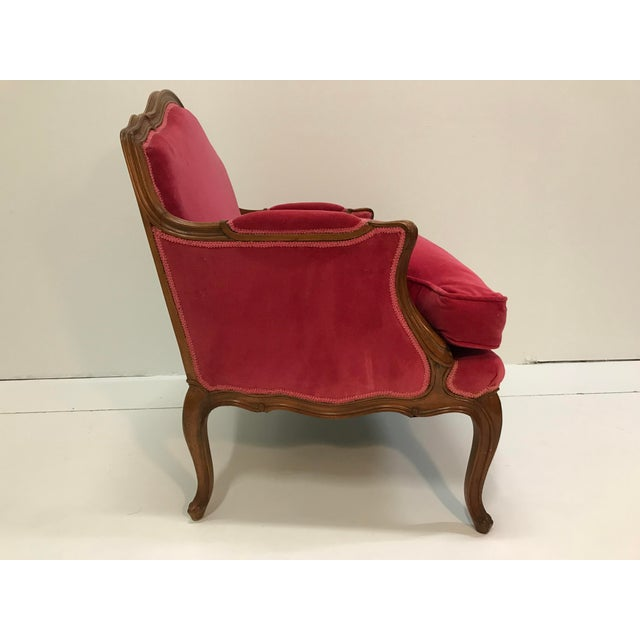 Louis XV Revival Pink Velvet Vintage Country French Wide Bergere Marquise Chair Mahogany Cabriole Legs For Sale - Image 6 of 13