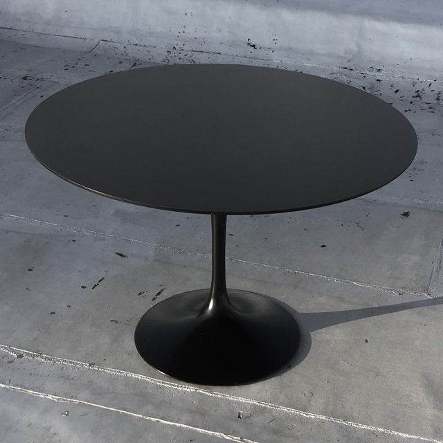 "Mid-Century Modern 1981, Vintage 54"" Round 'Saarinen' Tulip Dining Table by Eero Saarinen for Knoll, Stamped For Sale - Image 3 of 7"