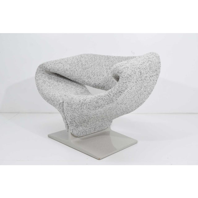 Mid-Century Modern Pierre Paulin Ribbon Chair in White and Gray Upholstery For Sale - Image 3 of 12