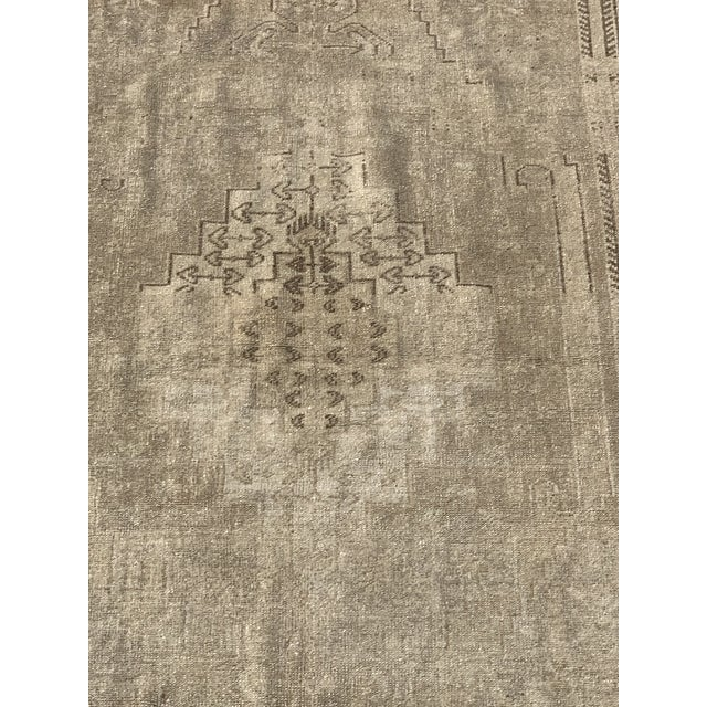 "Art Deco 1950's Vintage Turkish Oushak Beige Wool Rug - 4'9""x9'2"" For Sale - Image 3 of 13"