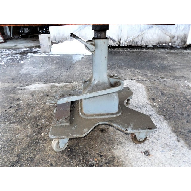 Industrial Vintage Midwest Tool & Engineering Co. Hydraulic Lift Table For Sale - Image 3 of 13