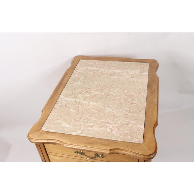 Vintage 1960s Hammary French Provincial Marble Inlay Oak Wood End / Side Table For Sale - Image 4 of 13