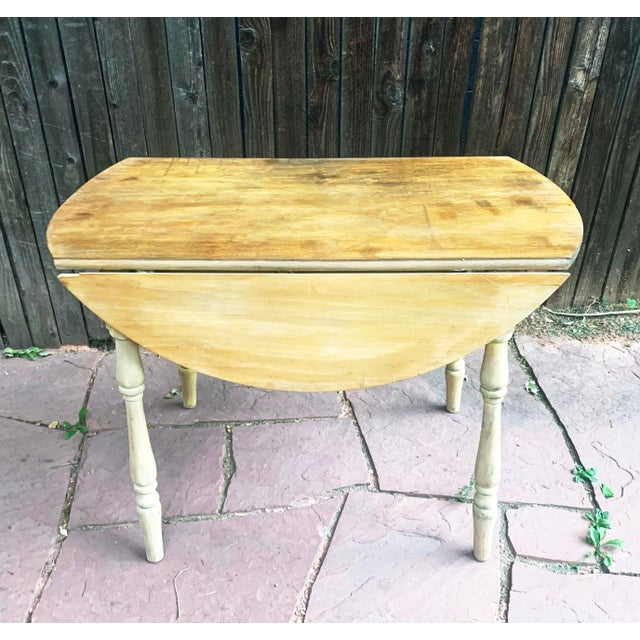 American Early American Light Yellow Stained Pine Drop Leaf Dining Table For Sale - Image 3 of 13