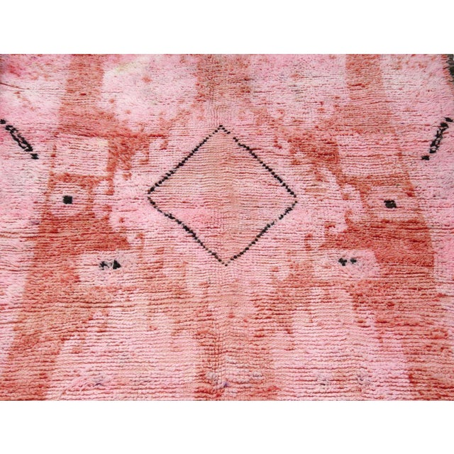 Bubble Gum 1960s Vintage Moroccan Boujad Rug - 5′2″ × 9′10″ For Sale - Image 8 of 12