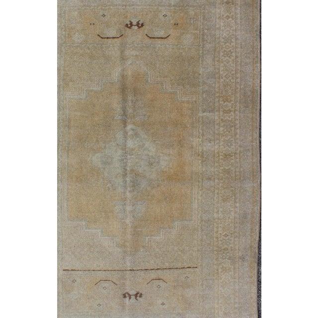 Keivan Woven Arts, En-92944, 1930s Vintage Turkish Oushak Rug - 3′6″ × 5′9″ For Sale - Image 4 of 7
