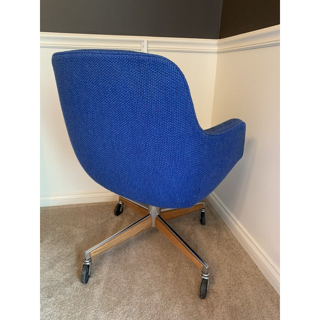 Mid-Century Modern 1970's Steelcase Mid-Century Blue Swivel Barrel Chair For Sale - Image 3 of 12