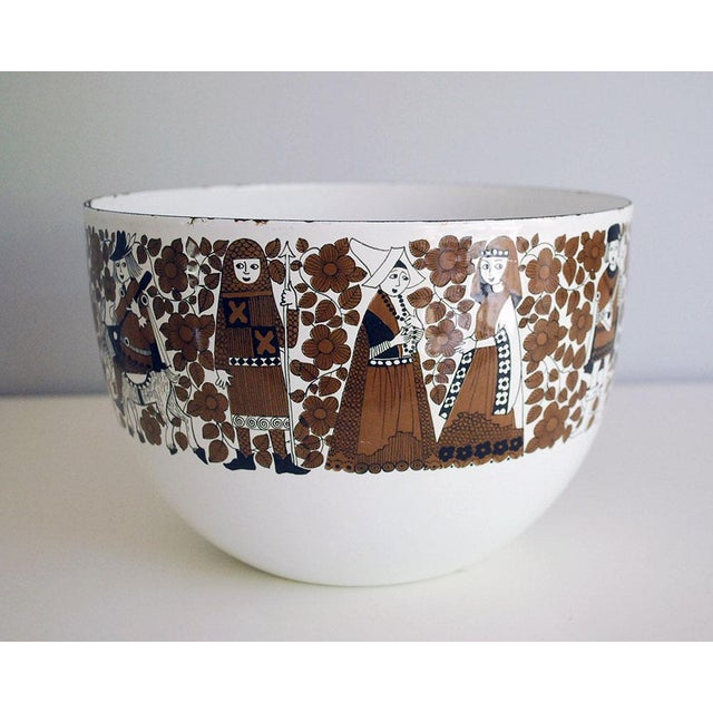 A 1960s vintage enamelware bowl designed by Kaj Franck for Finel Arabia, Finland. This classic mid century modern /...