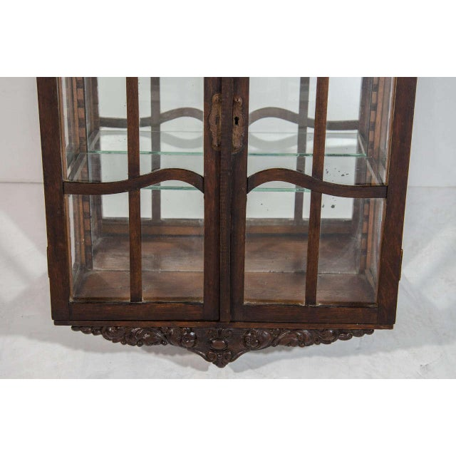 Victorian Antique Curio Cabinet with Hand Carved Wood Designs - Image 6 of 8 - Excellent Victorian Antique Curio Cabinet With Hand Carved Wood