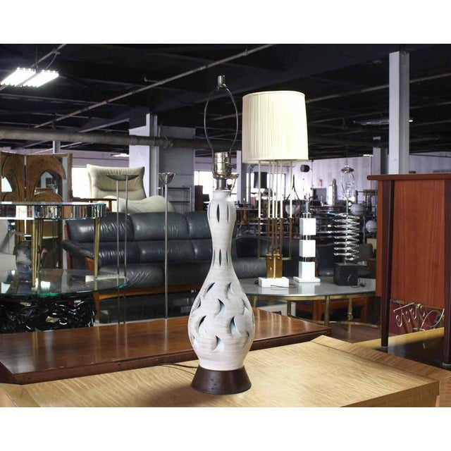 Early 20th Century Vase Shape Art Pottery Table Lamp on Walnut Base For Sale - Image 5 of 7