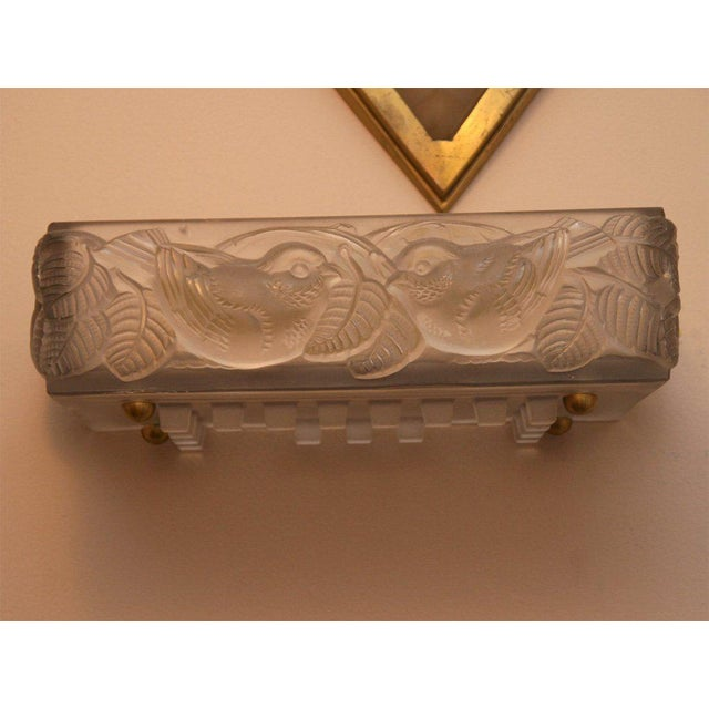 "R. Lalique ""Moineaux I"" Art Deco Wall Sconce For Sale In New York - Image 6 of 7"