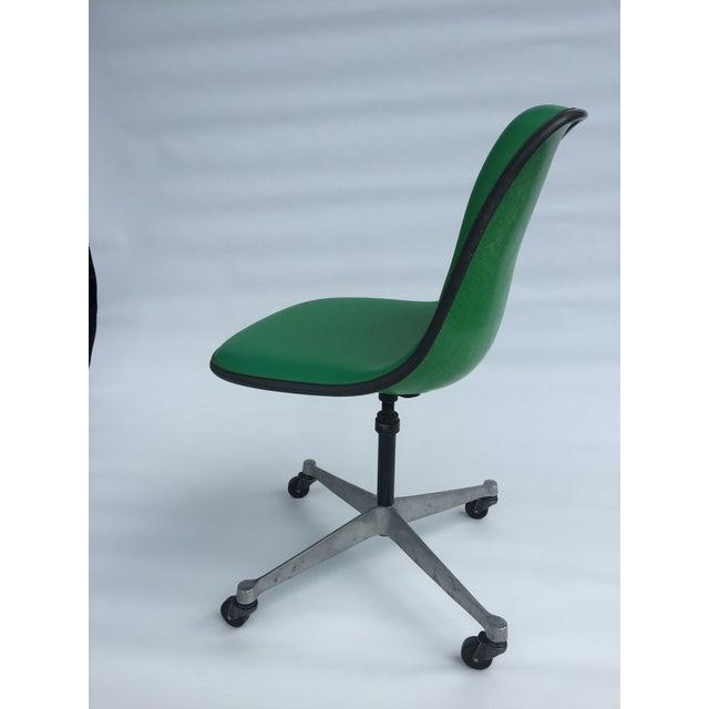 1970s 1970s Vintage Eames for Herman Miller Kelly Green Fiberglass PSCC Chair For Sale - Image 5 of 8
