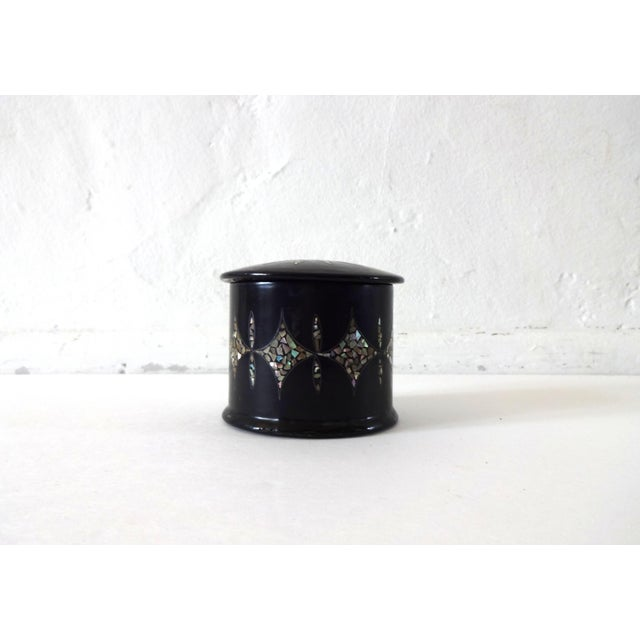 Black 19th Century Antique French Napoleon III Chinoiserie Papier Mache Mother of Pearl Round Box For Sale - Image 8 of 10