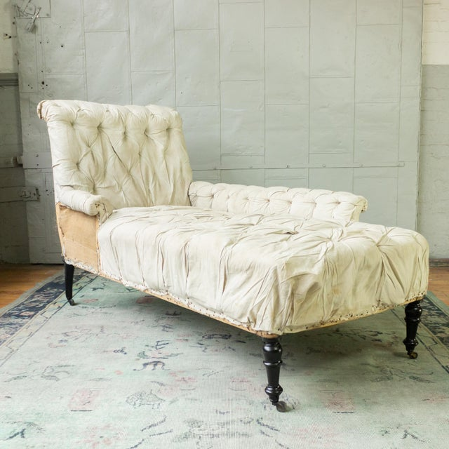French 19th century Napoleon III tufted chaise longue with one long arm in muslin and burlap.