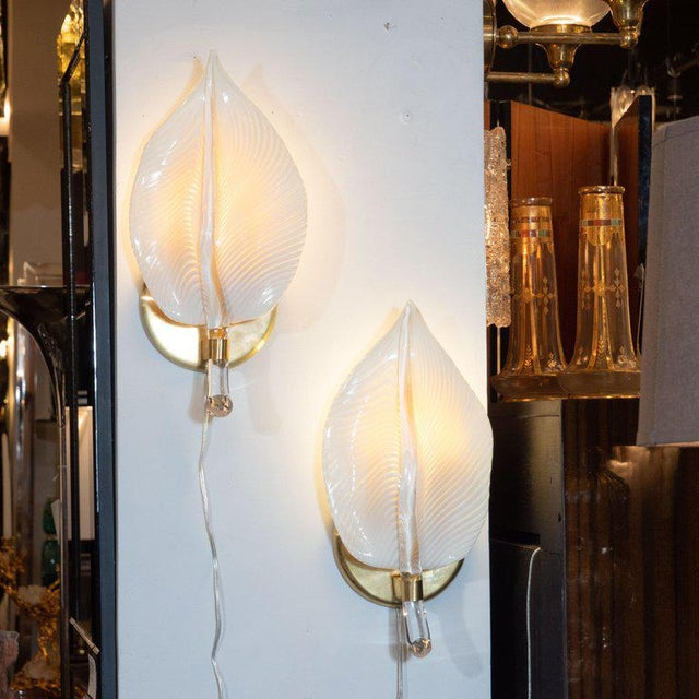 1960s Pair of Handblown Murano Honeycomb Leaf Sconces With Brass Detailing For Sale - Image 5 of 11