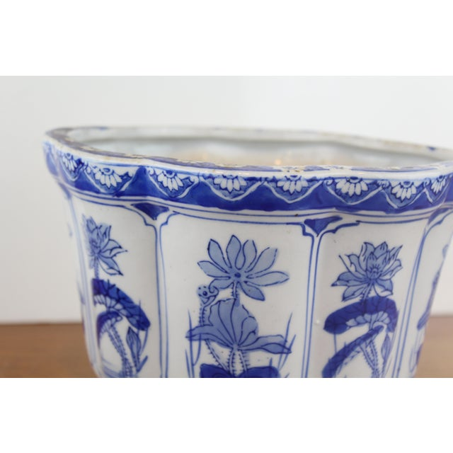 Blue and white Chinese porcelain Lotus pattern planter.