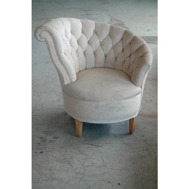 Whimsical and glamorous 1940s Hollywood Regency style lounge chair. The chair have a circular design when seen from above...