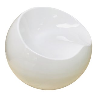 Vintage White Molded Fiberglass Mod-Style Ball Chair For Sale