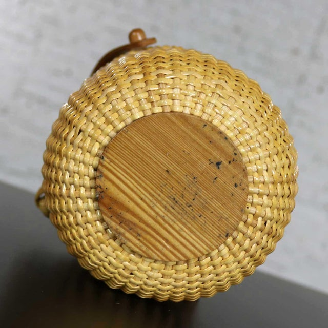 Brown Nantucket Lightship Round Lidded Friendship Basket For Sale - Image 8 of 13