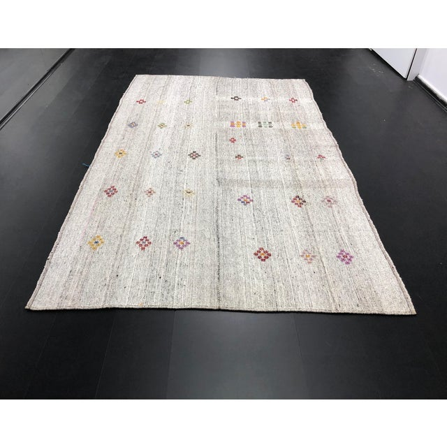 1960s Vintage Floral Patterned Traditional Turkish Anatolian Aztec Handwoven Kilim Rug- 6′10″ × 11′3″ For Sale - Image 11 of 11